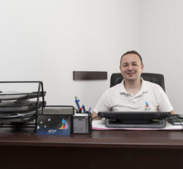 Co-Fondatorul și CEO al tipografiei Arta, dl. Adrian Câmpeanu lucrează în domeniul poligrafic de peste 15 ani s-a implicat total alături de dl Petrică în dezvoltarea companiei de la zero.